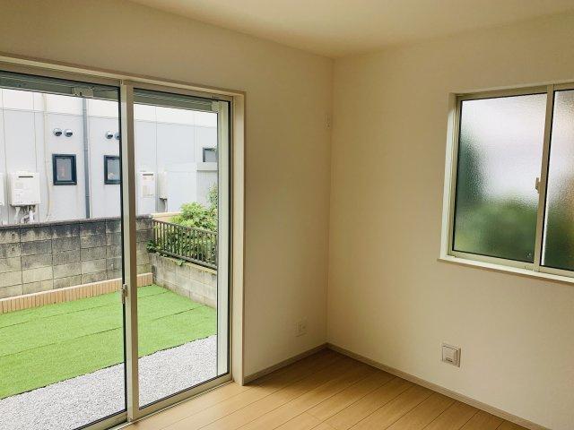 1階4.5帖 掃き出し窓なのでお庭眺めながらゆっくりできますよ。