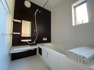 (同仕様写真)落ちついた色合いの浴室は半身浴も出来て一日の疲れをリフレッシュするのによいですね。窓からの採光もしっかりあって湿気対策もばっちり。毎日のバスタイムを気持ちよく満喫できますね。