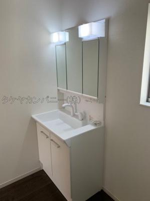 (同仕様写真)白を基調とした基調とした色合いで清潔感がありますね!三面鏡になっているので収納している物を埃から守ってくれてお手入れも楽々です。窓からの採光もあり明るい空間になっています。