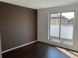 (同仕様写真)しっかりと採光があり明るい居室の主寝室は8.5帖あり、WICを備えているので収納力の高い居室です。他の3居室は5帖以上を備えています。