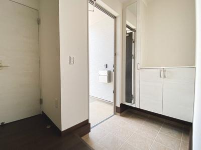 (同仕様写真)玄関の悩みといえば靴の収納です。家族が多いとその分靴も増えてしまいます。常にスッキリな玄関でいられるよう、充分なシューズボックスを装備しています