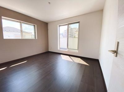 (同仕様写真)しっかりと採光があり明るい居室の主寝室は8.2帖あり、WICを備えているので収納力の高い居室です。他の3居室は5帖以上を備えています。