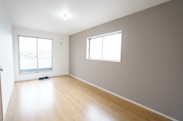 2階8.2帖 アクセントクロスでシンプルながらおしゃれなお部屋です。