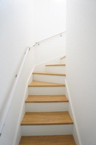 【同仕様施工例】階段下収納 フロアモップなどの掃除用具を収納するの便利です。使いたいときにパッと取り出せます。