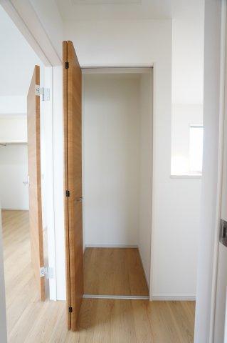 2階階段ホール 掃除用具やストック品を収納するのに便利です。