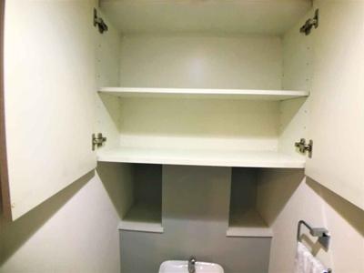 トイレ上部には、棚や釣り戸棚hがあり、ペーパーのストックや消臭剤を置くのにも便利ですね♪