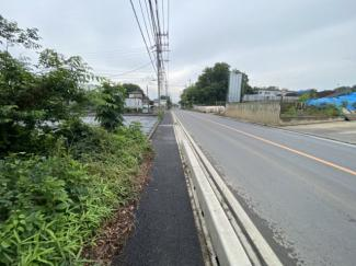 【前面道路含む現地写真】三芳町上富 資材置場用地 関越自動車道『所沢IC』より車で7分