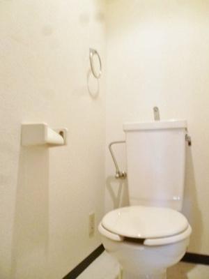 人気のバストイレ別です!トイレが独立していると使いやすいですよね☆横にはタオルを掛けられるハンガーもあります♪