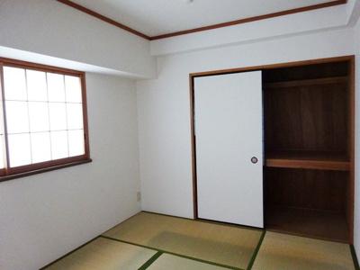 和室6帖のお部屋にある押入れです!押入れは寝具など、かさ張りやすいものの収納にぴったり☆荷物の多い方も安心の収納力!