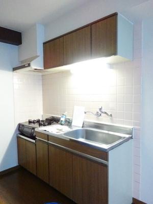 キッチンは2口ガスコンロ&グリル付き☆場所を取るお鍋やお皿もたっぷり収納できてお料理がはかどります!