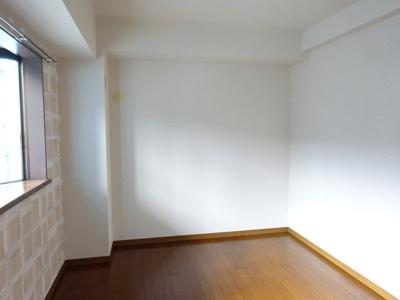 玄関側にある、洋室6帖のお部屋です!子供部屋や書斎・寝室など多用途に使えそうなお部屋です☆オシャレなデザインクロスが魅力的♪