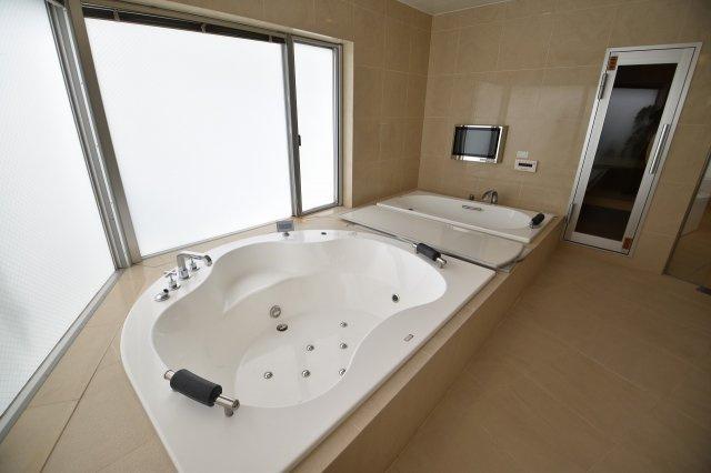 浴槽が二つの豪華仕様、横にはサウナも付いていて一日の疲れを癒してくれる場所です。
