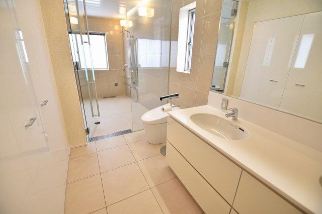 お風呂場も2か所設置の贅沢さ!!こちらはトイレ洗面一体式の豪華な浴室です。