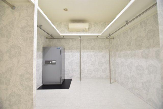 ウォークインクローゼットにもエアコン設置で空調を管理し大事な衣装を守ります。