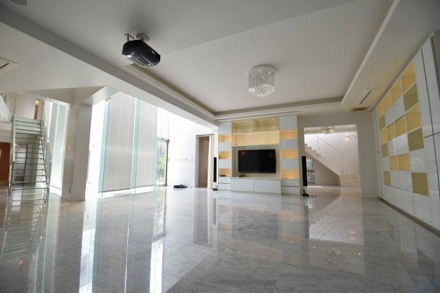 50.7帖の開放的なリビングは、まるで高級ホテルのフロントを思わせる作りで多目的に利用可能で御座います。