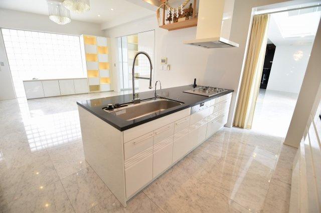 シンプルで使いやすいシステムキッチン、おしゃれ感だけではなくちゃんと実用性も兼ね備えたキッチンです。