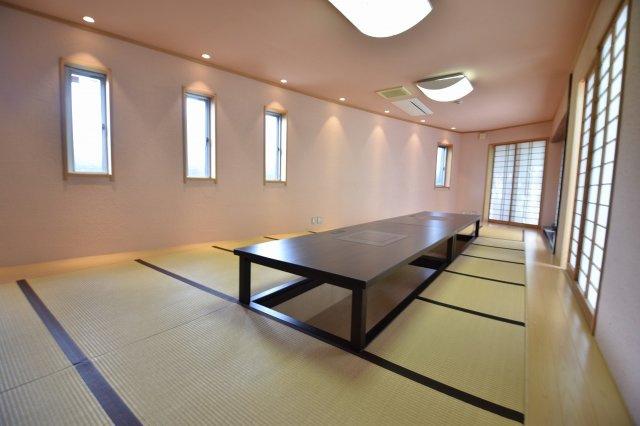 23.7帖の和室は、まるで旅館のような広さです。掘りごたつ式になっていて足元も温かいです。