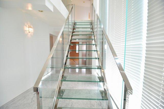 おしゃれで豪華なガラス階段が更なる豪華さを演出致します。