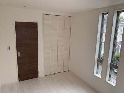 2階の6帖の洋室です。スタンダードで使いやすいお部屋です。