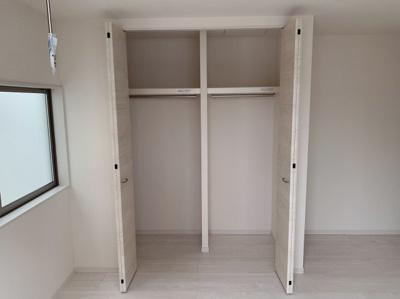 区切りのある収納スペースです。区切りで使い分けもできるクローゼットです。