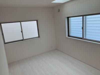 ゆったりした洋室です。6.5帖あります。2面からの採光で明るいお部屋です。
