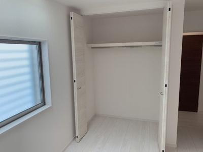 洋室のクローゼットです。広々しているので、たくさん収納できます。