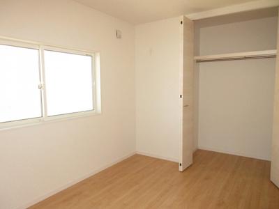 (同仕様写真)全居室に枕棚付きの収納を確保しています。小物の整理もしやすいですね!