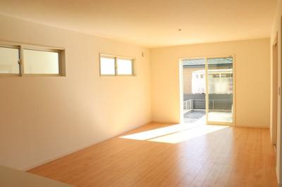 (同仕様写真)大きな窓から日差しが入り、明るい空間造りがなされています。家族が集まる空間だから心地よさを感じられる様設計。
