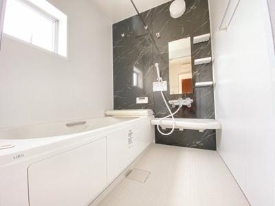 (同仕様写真)空気もこもらずいつもクリーンな浴室乾燥機付。雨の日のお洗濯にも大活躍します。お子様と一緒に入って楽しめる広々浴室で、毎日のバスタイムが充実しますね