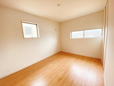 (同仕様写真)主寝室8帖はアクセントクロスで落ち着いた居室になっています。日当たり良好なプライベート空間で、家具やカーテンの色合いを選びません。