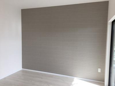 主寝室の壁は一面をアクセントクロスを設置し落ち着きのある空間