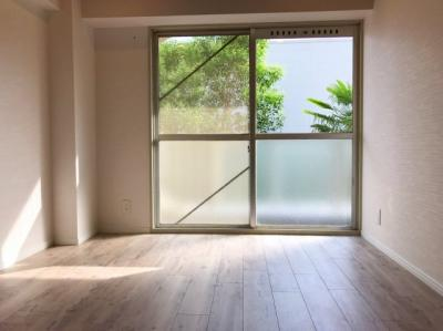南に向いた窓から明るい光が入る約4.5帖の洋室です♪リビングとして活躍しそうです♪