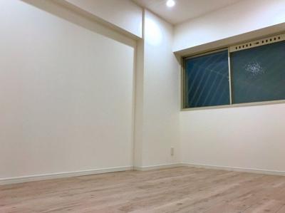 廊下から出入りする約6.3帖の洋室です♪