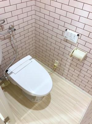 トイレもタイル調のクロスで統一されています♪