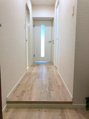 突き当たりの扉がLDKに続いています♪明るい木目のフローリングがオシャレです♪
