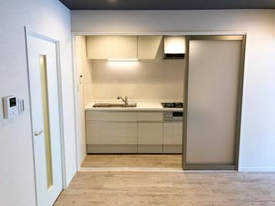 キッチンスペースは3枚のパーテーションで仕切ることができます♪