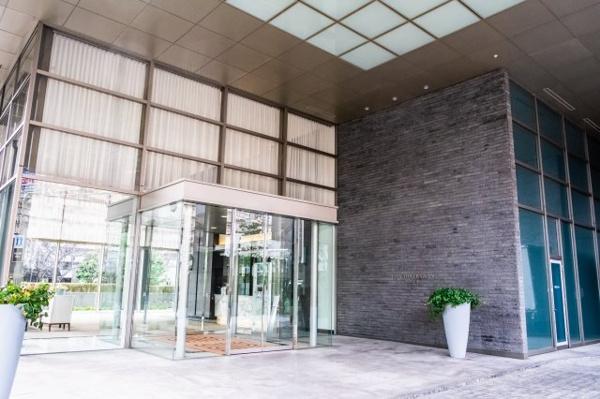 【外観】メイン出入口外観です!ホテルを思わす清潔感の印象です!