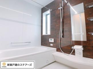 浴槽はお父さんがゆっくり足を伸ばして入れるサイズ!洗い場は広々サイズでお子さんと一緒でもゆったり♪ (一般的な浴室の1.25倍の広さ) 保温浴槽&断熱フタで5時間たっても2.5度以下しか下がらない