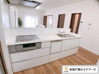 オール電化でIHクッキングヒーター・食器洗乾燥機つき!幅の広いシステムキッチンなので、お子様と並んで料理しても狭く感じません♪