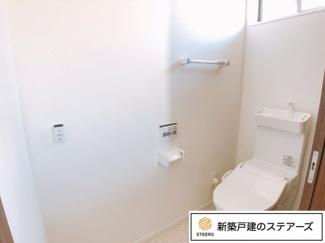 タンクレスのアラウーノを採用。トイレが自分でお掃除してくれます!トイレ後ろについているポケットに洗剤を入れると水を流す際に泡で洗浄してくれていつもぴかぴかに!毎日のお掃除が楽になります♪