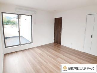 (主寝室)8帖の主寝室には約2帖分のウォークインクローゼットを設置!バルコニーの出入口窓の上には室内物干しを設置!