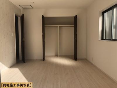 【同社施工事例写真】バルコニーに面した明るい洋室に大切な衣類を収納できる大型クローゼット付!