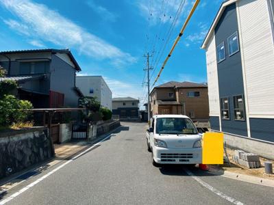 閑静な住宅街です。公道北側5.9m、東側5.9mに接道しています