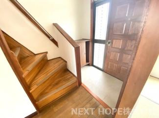2階への階段です♪手すり付きで昇り降りも安心・安全です!!