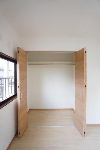2階 使い勝手が良くて快適なクローゼット。収納ケースを利用して収納アレンジができて便利です。