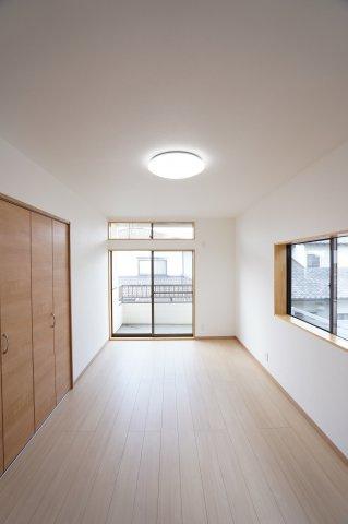 2階 バルコニーがあるお部屋です。大きな窓から明るい光が差し込みます。