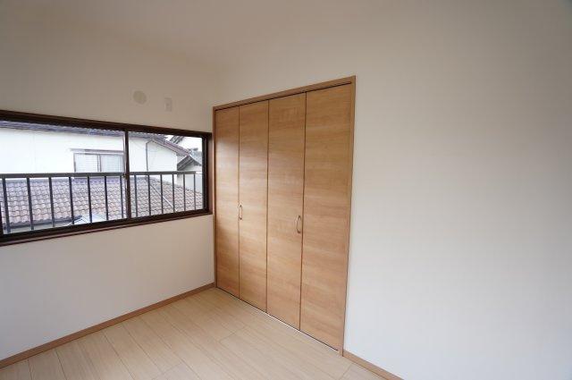 2階 窓がアクセントになって素敵なお部屋です。