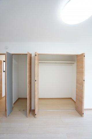 2階 使い勝手のよいクローゼットです。収納ケースを利用して上手に片づけたいですね。