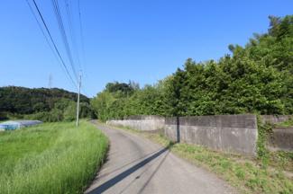 香取市下飯田 中古戸建 笹川駅 道路を挟んで田園風景が広がっております。