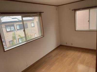 スタンダードな6帖の洋室です。南側に窓があるので室内明るくお過ごし頂けます。